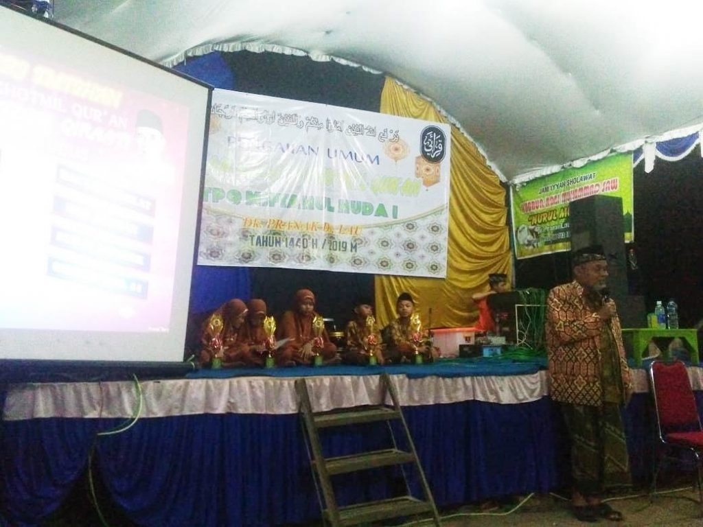 Achmad Chalimi Sedang Menguji Para Santri Dalam Acara Khotmil Quran Tpq Miftahul Huda Pranak Lau